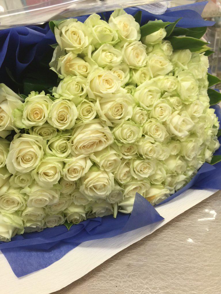白いバラ108本の花束