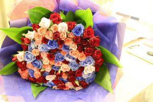カラフルな99本のバラの花束は、アメリカンカラーでとっても可愛い仕上がりに 持ち込み時花束
