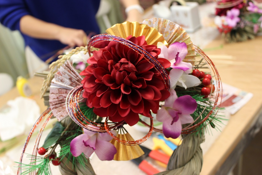造花と水引と扇や千両などキットに含まれた しめ縄作り