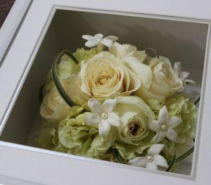 スクエアキューブホワイトボックス|ジャスミンが入った丸いデザインの可愛いラウンドブーケ|完成アップ