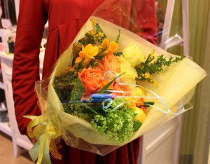 フラワーアレンジメント花束の注文|名東区花バレエの発表会 お疲れ様の気持ちを込めて、黄色の花束をプレゼント