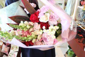 フラワーアレンジメント花束の注文 両親へ、就職できたお礼にお花をプレゼント 花束アップ