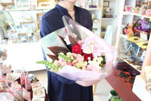 フラワーアレンジメント花束の注文|両親へ、就職できたお礼にお花をプレゼント