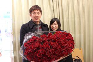 ガラスケーキコラム|108本の赤い薔薇は「永遠に」の意味|お客様とバラの花束