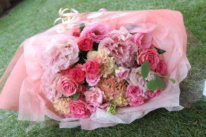 ガラスケーキコラム|サプライズギフトの花束をインテリアとしてずっと楽しみませんか|ピンク花束持ち込み時