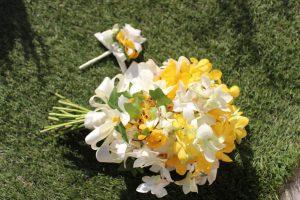 ブラウンフレーム黄色と白色のランだけの花束を押し花で見事に再現しました。持ち込み時