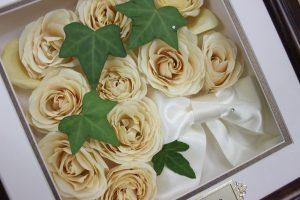 白い薔薇とアイビーのクラシカルなブーケを高級感溢れるブラウンのフレームで保存完成アップ