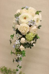 美しい造花のブーケは生花と見分けがつかない高品質な仕上がりです|キャスケードブーケ