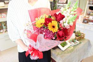 花束の注文赤い花を使って華やかに発表会の先生へ